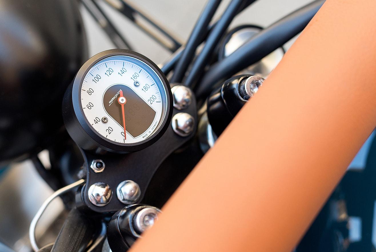 cuentakilometros-bonneville-motogadget-tiny-min